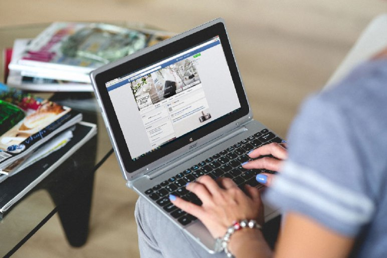 laptop-facebook